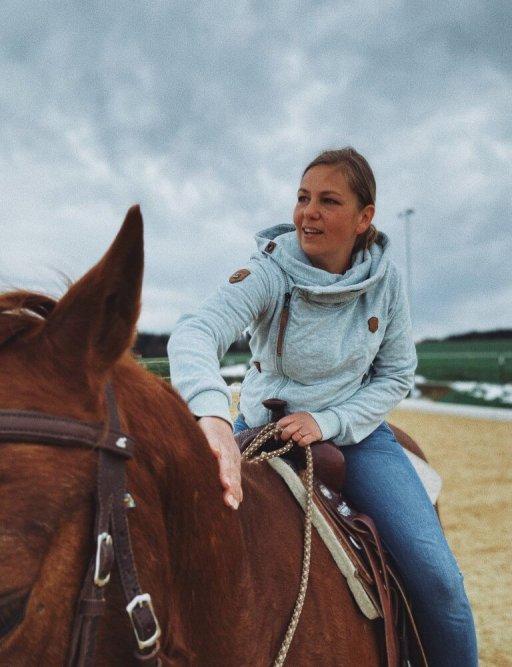 Pferde loben beim Reiten